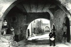Abruzzo - Marsica. Donne in strada a Trasacco, 1973